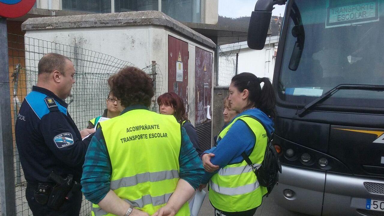 Botellón a la puerta de los locales nocturnos de Santiago.Policía local de Gijón