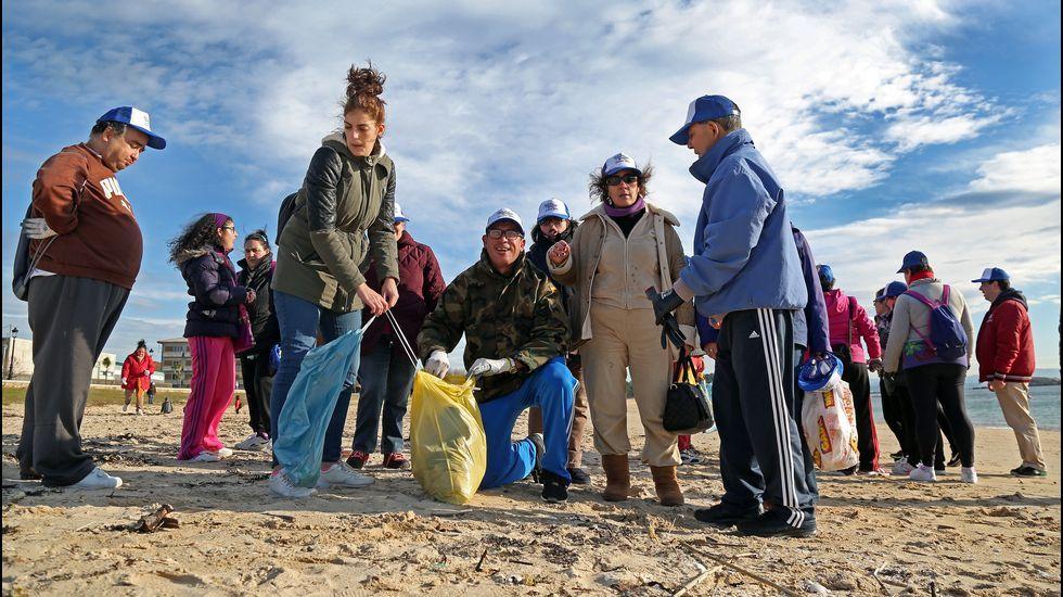 Limpieza de la playa de Coroso por usuarios de A Creba y AMBAR en un proyecto del GALP .