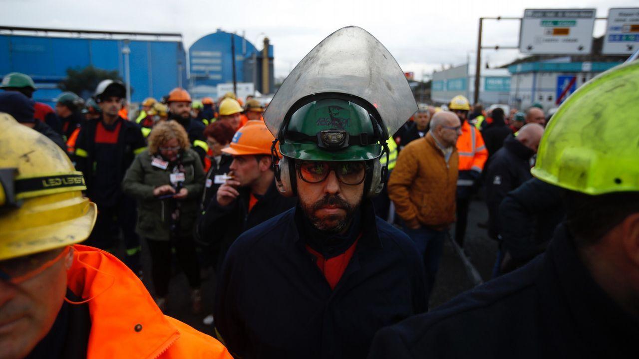 Marcha minera por las calles de Oviedo. Decenas de trabajadores de Alcoa Avilés y subcontratas participan en la marcha entre Avilés y Oviedo, vestidos con camisetas amarillas