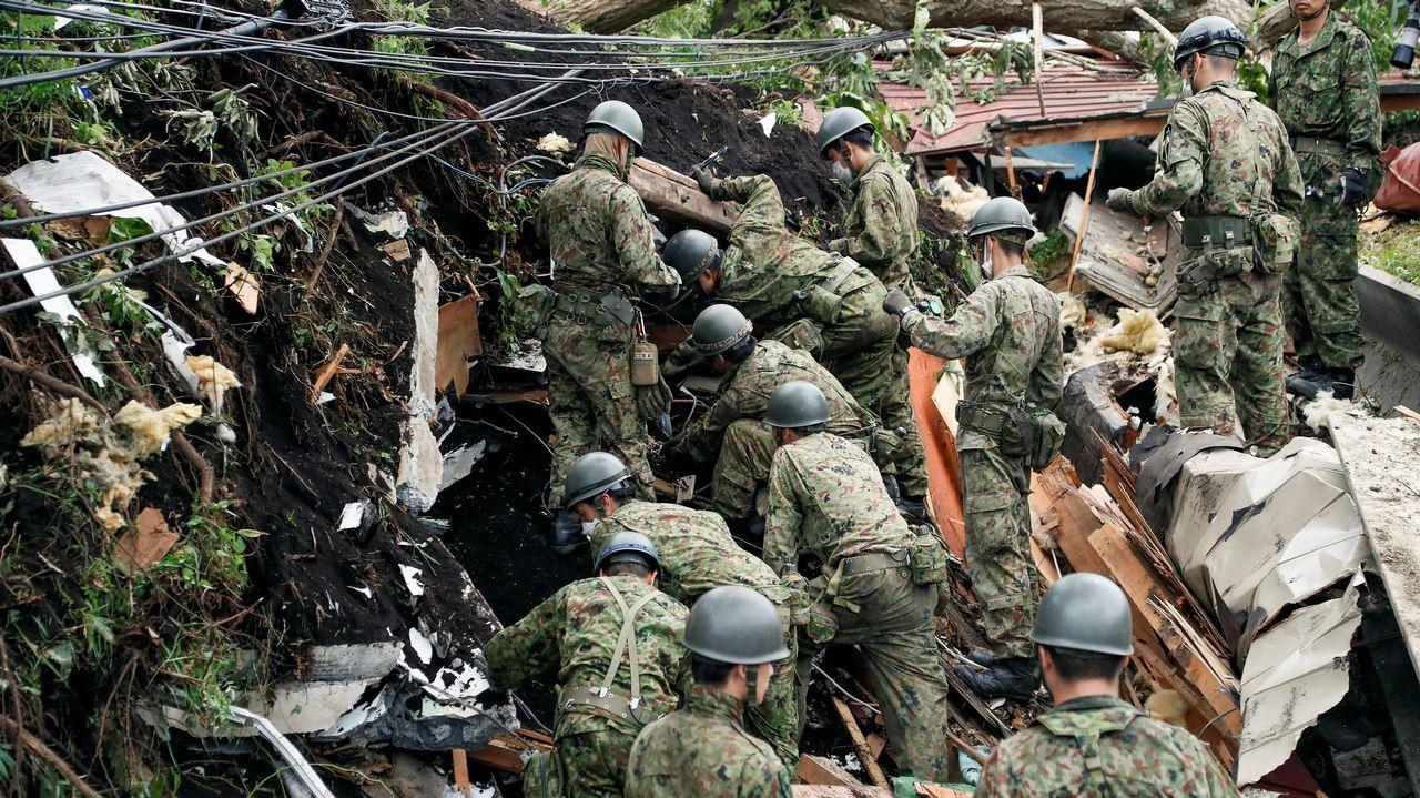 Personal de la Fuerza de Autodefensa en Tierra de Japón ayuda en la búsqueda de personas perdidas en una vivienda colapsada hoy, viernes 7 de septiembre de 2018, luego de un deslizamiento de tierra producto de un terremoto en Atsuma, Hokkaido (Japón).