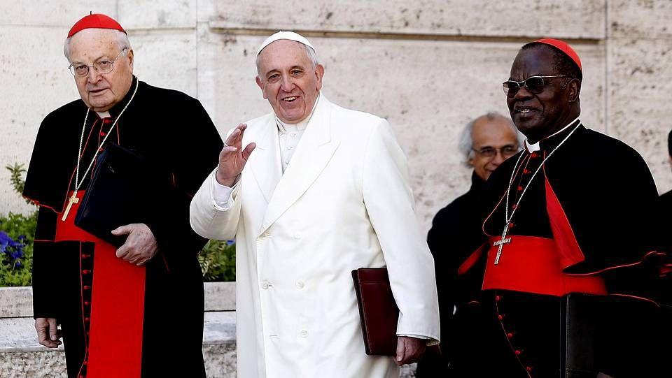 El papa Francisco saluda a la prensa con el cardenal italiano Angelo Soldano y el arzobispo de Kinshasha Laurent Pasinya