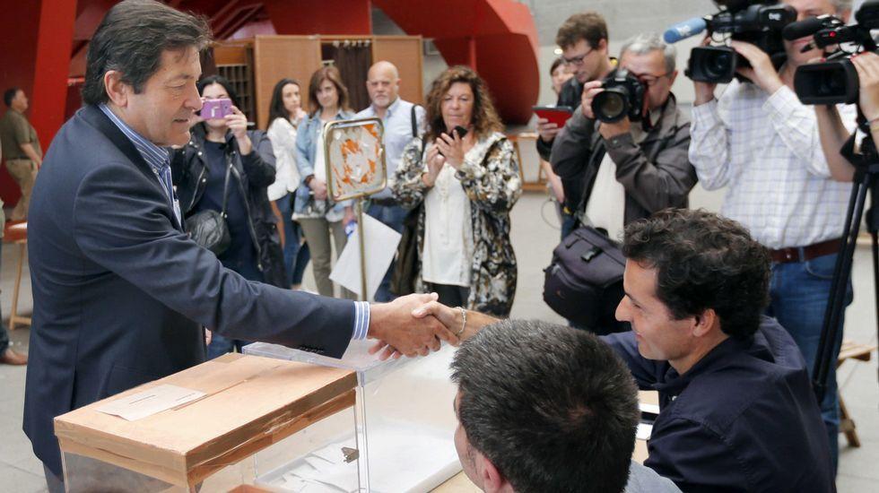 .El presidente del Principado y secretario general de los socialistas asturianos, Javier Fernández, vota en el Palacio de Deportes de La Guía de Gijón.
