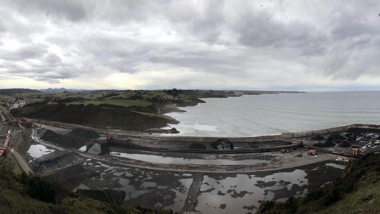 Acceso al punto limpio de Salas.Panorámica tomada desde la Campa de Torres del Parque de Carbones y de la central térmica de Aboño, en las proximidades del puerto de El Musel de Gijón.