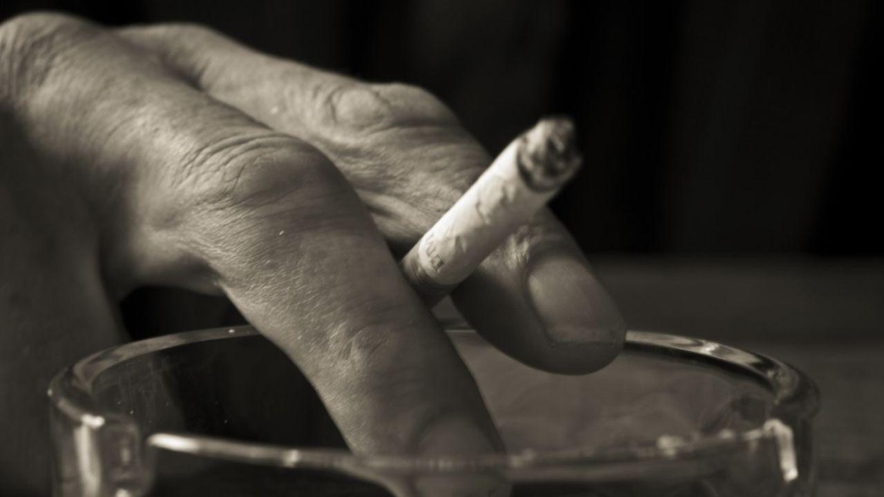 Mano, fumar, dumador, vaso, alcohol.Cartel en los juzgados de Pamplona que critican la sentencia de La Manada
