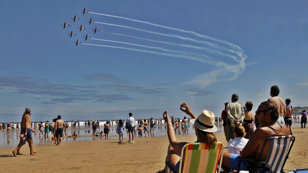 La patrulla PC 7 TEAM del Ejército Aire Suizo durante el Festival Aéreo de Gijón celebrado hoy en las inmediaciones de la playa de San Lorenzo.