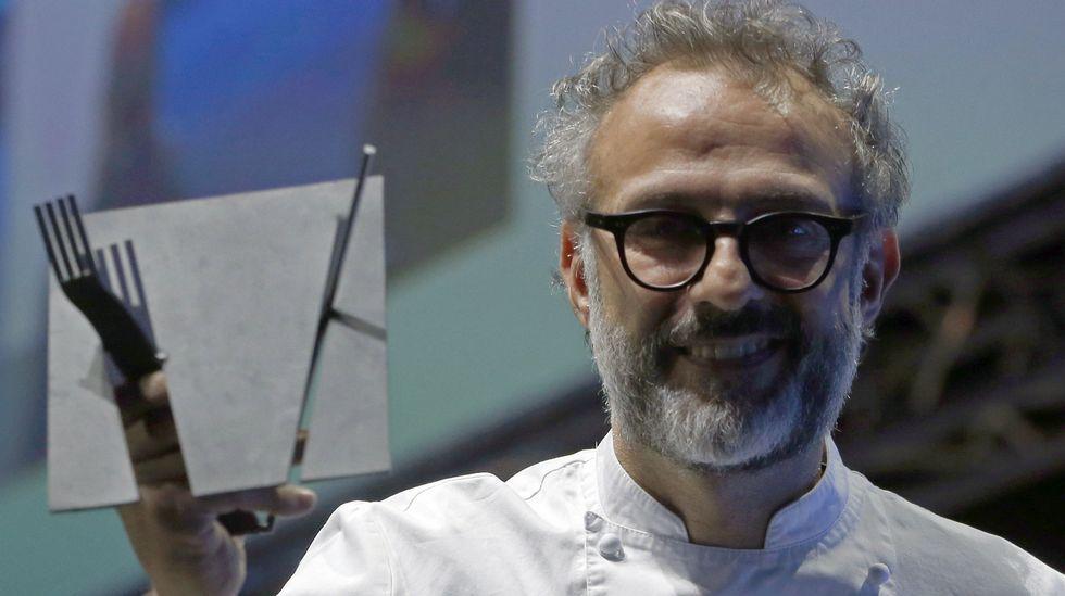 Ferran Adrià enseña sus trucos de cocina en el Niemeyer.Nacho Manzano, entre sus hermanas Sandra y Esther