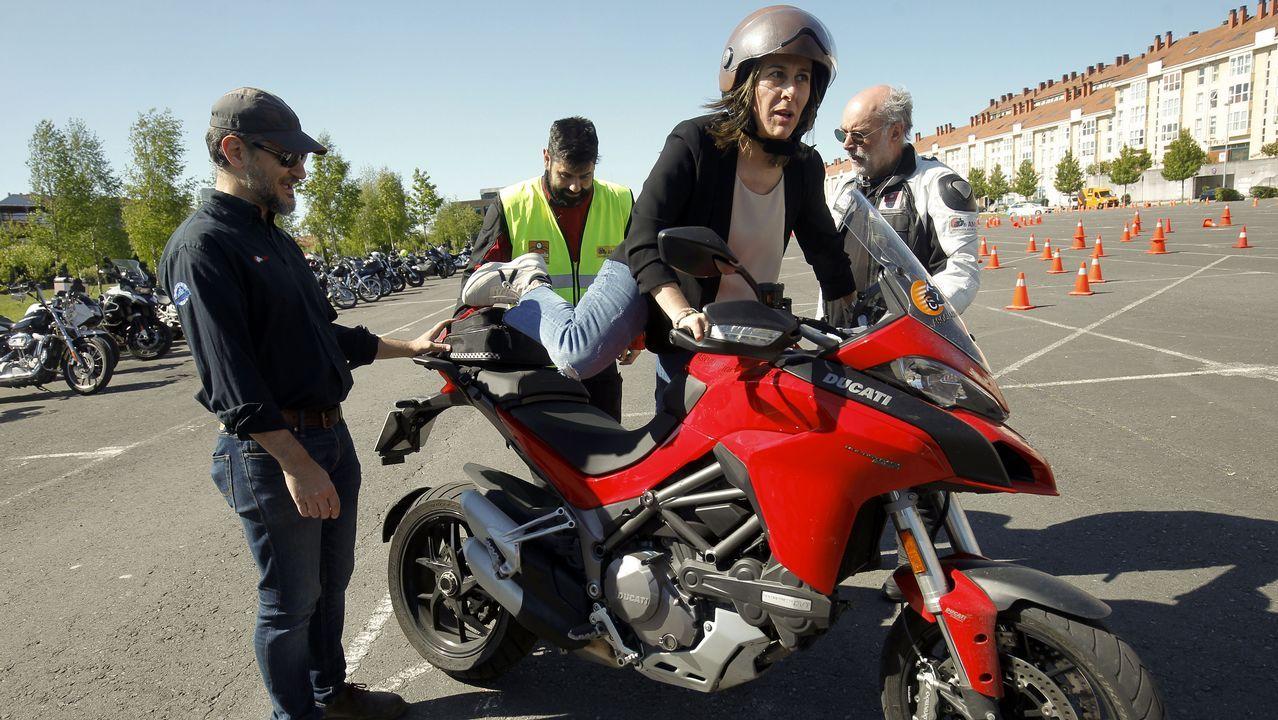 En dirección contraria por la A-52.José Andrés Medina, en su bici, en una calle del centro de Gijón