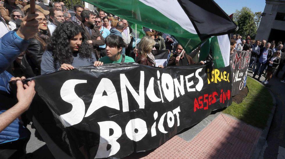 Podemos, IU, CCOO, UGT y PCA convocaron hoy una concentración en protesta frente a la Delegación del Gobierno en Asturias por la muerte de decenas de palestinos en las protestas en la frontera de Gaza contra el traslado de la embajada de Estados Unidos a Jerusalén.