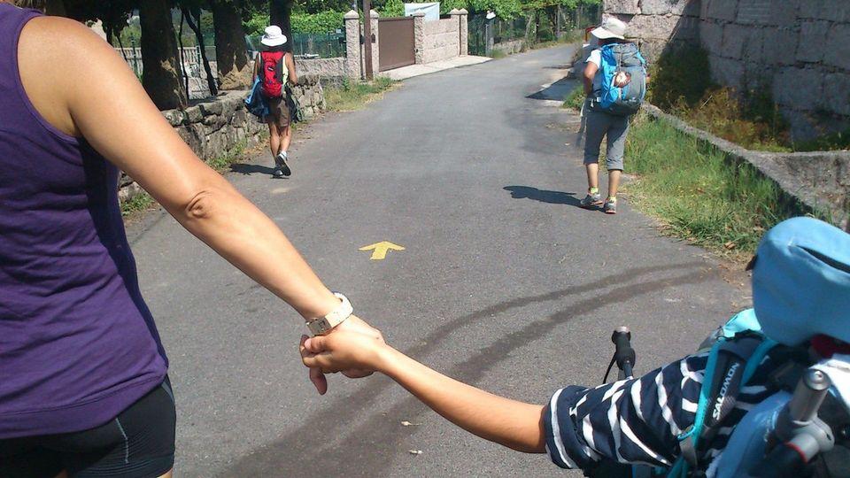 Una madre con su hijo de la mano
