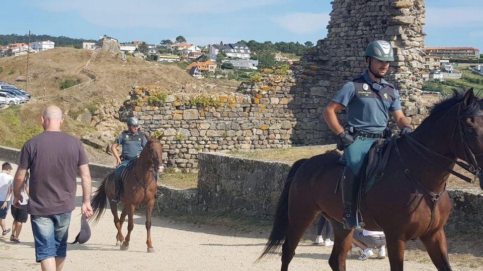 La Guardia Civil patrulla a caballo el entorno de A Lanzada