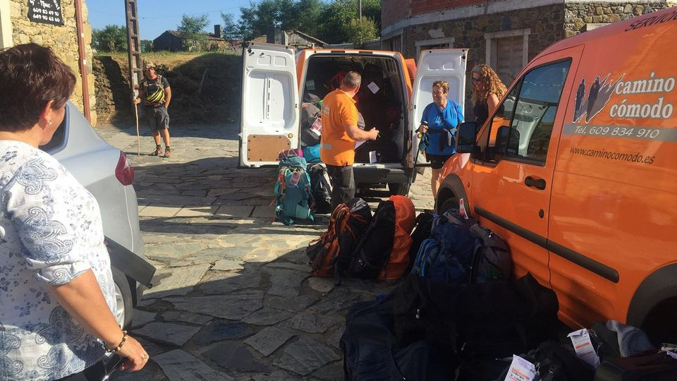 El bum del Camino impulsa el primer correo de mochilas desde Roncesvalles