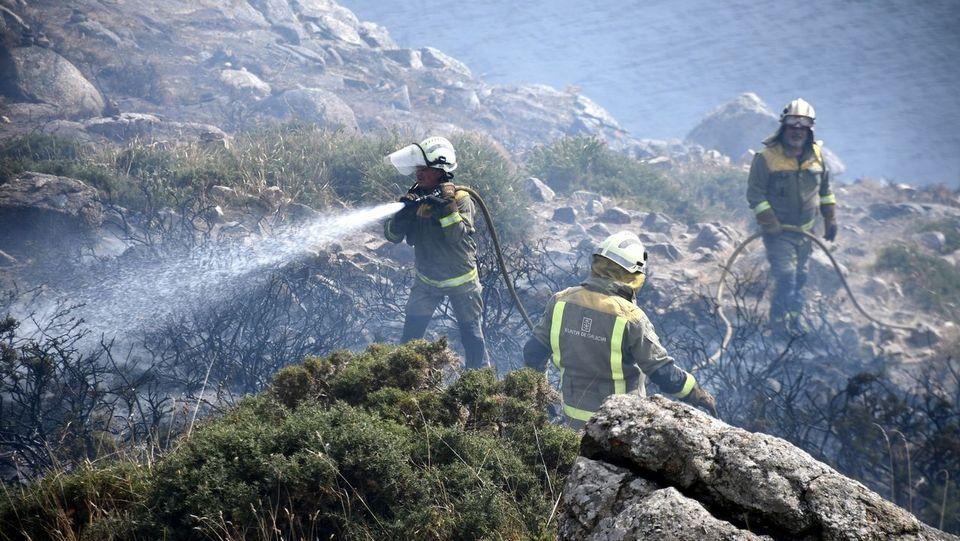 Un peregrino provoca un incendio forestal en el cabo Fisterra al quemar su ropa al final del Camino