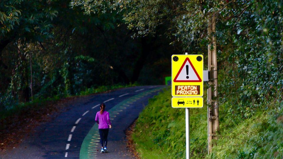 Señales inteligentes para proteger a peregrinos, caminantes y ciclistas en la senda del agua