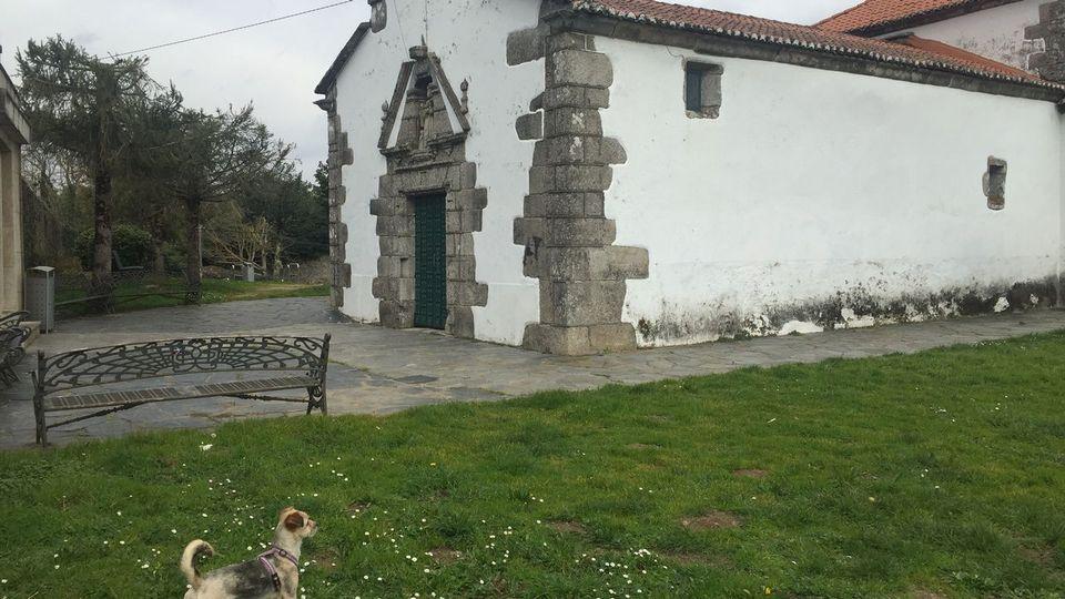 Cubren las pintadas de la iglesia melidense de O Castelo