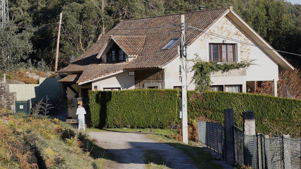Conflicto por una casa en Moaña: «No somos okupas, será el juez el que dirá quién tiene derecho a vivir en el chalé»