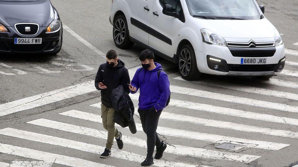 Los peatones zombis, la última gran preocupación de Tráfico en la ciudad
