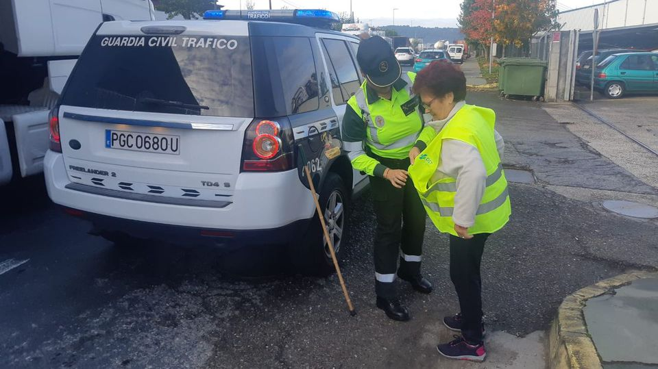 La Guardia Civil de Galicia reparte chalecos reflectantes a los peatones de riesgo