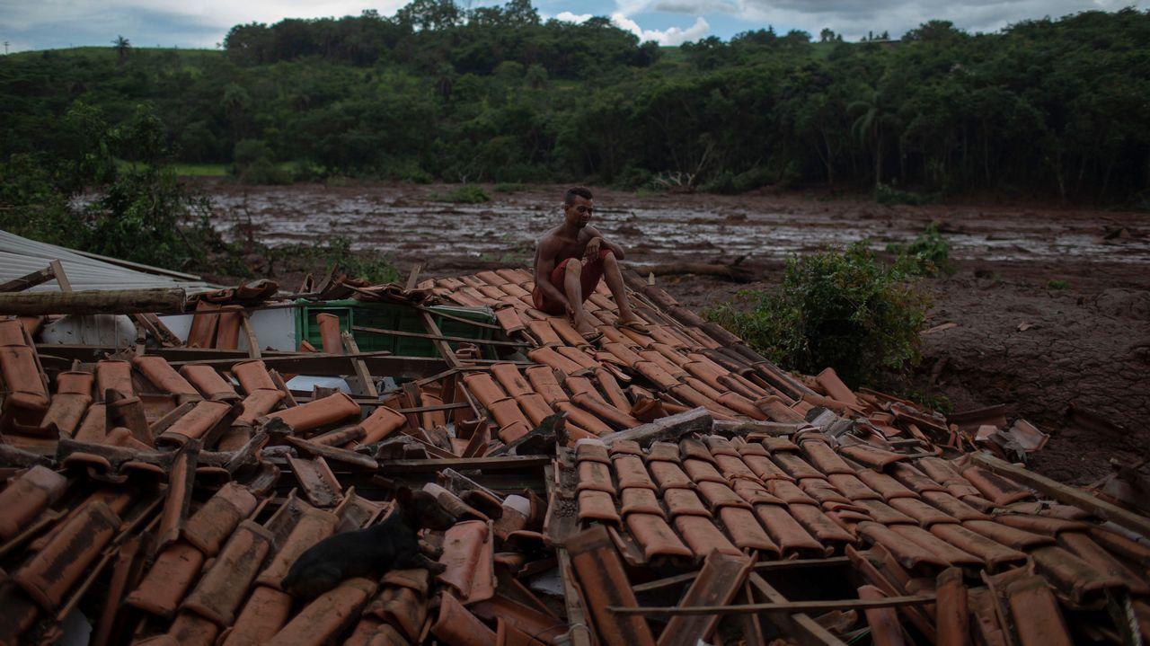 Un superviviente sobre los restos de su casa, completamente destrozada