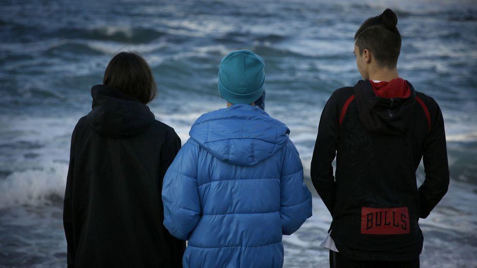 Los tres adolescentes que evitaron que una mujer se suicidara en la playa de Riazor protagonizaron una noticia, que ocupó la primera página, con mucha carga emocional