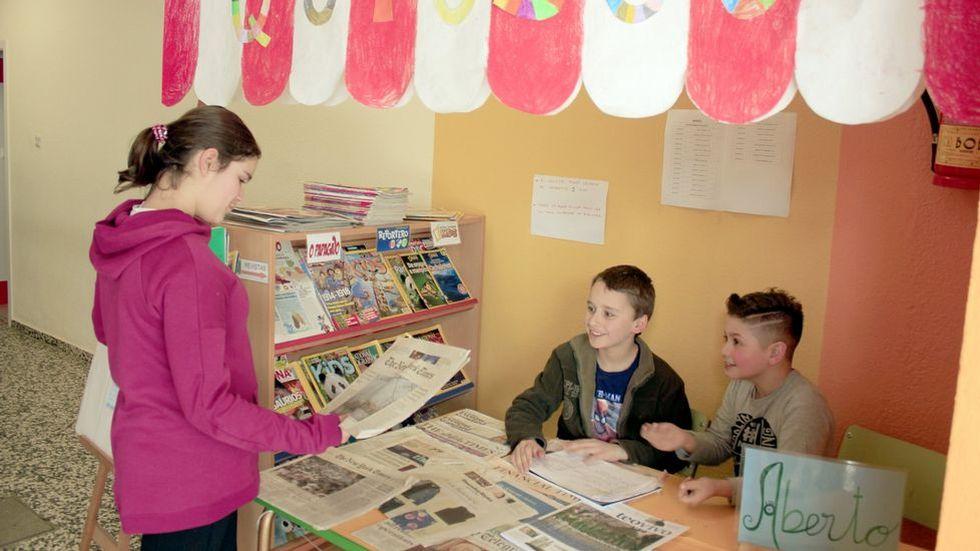 En la imagen, alumnos del CEIP de Outes analizan, en su particular quiosco, varios periódicos