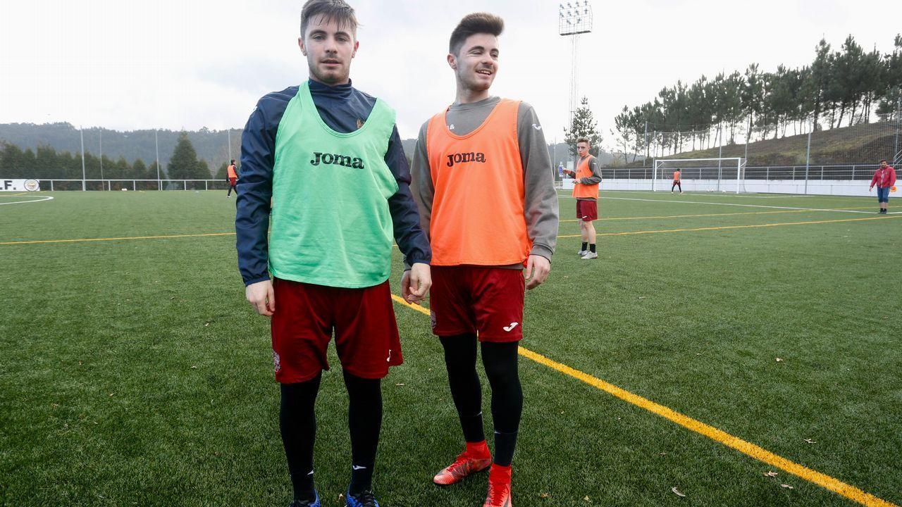 Jeremie Bela y Roman Zozulya celebran un gol