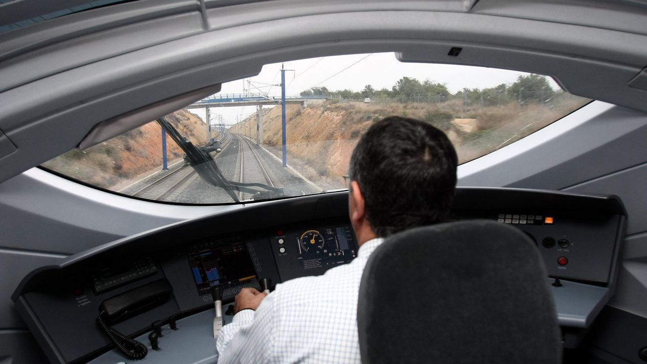 Hitos kilométricos en Galicia.Un maquinista conduciendo un tren de alta velocidad