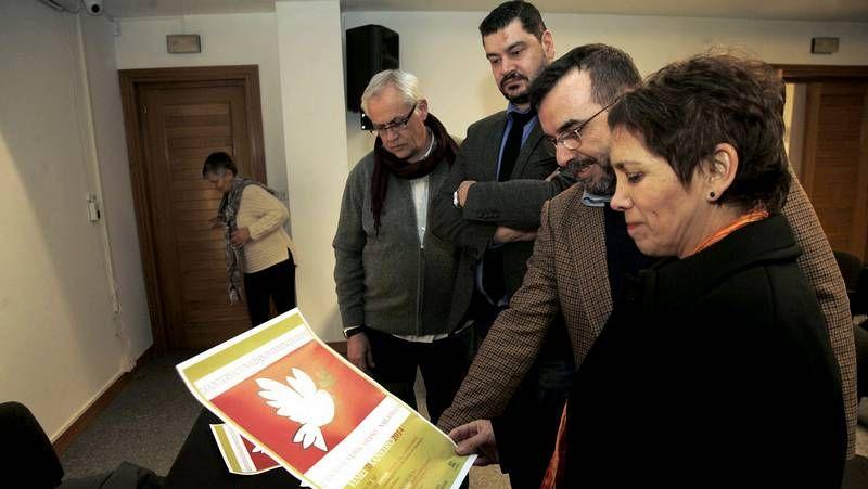Persoas de diversas idades escoitaron música e poemas de Rosalía na Casa da Cultura de Bertamiráns.