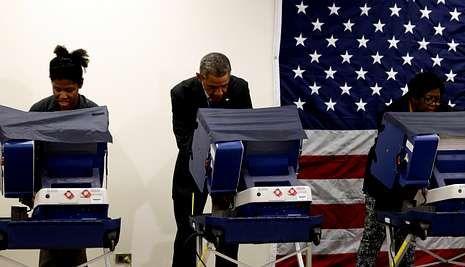 <span lang= es-es >«No toques a mi novia»</span>. La joven de la izquierda pasó un mal rato cuando su novio bromeó con el presidente advirtiéndole que no la tocara, mientras ambos votaban anticipadamente.