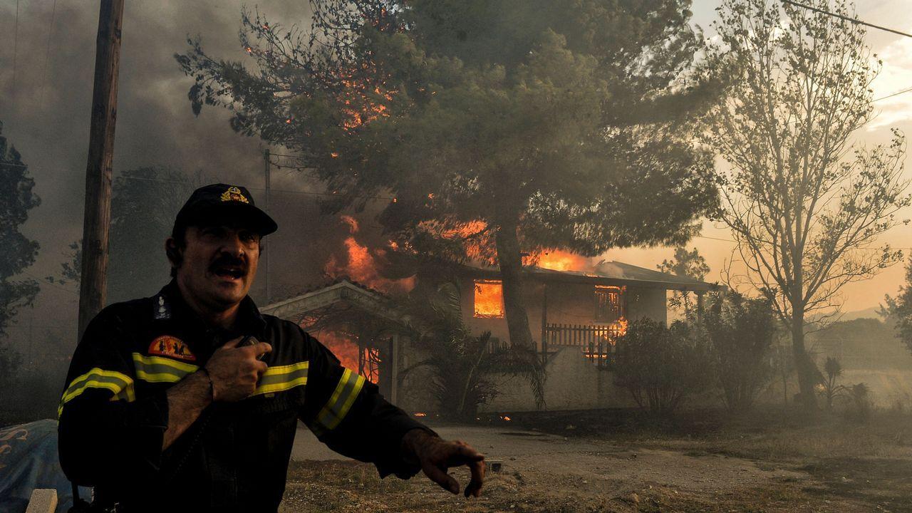 Los bomberos continúan trabajando para apagar los incendios en Kineta