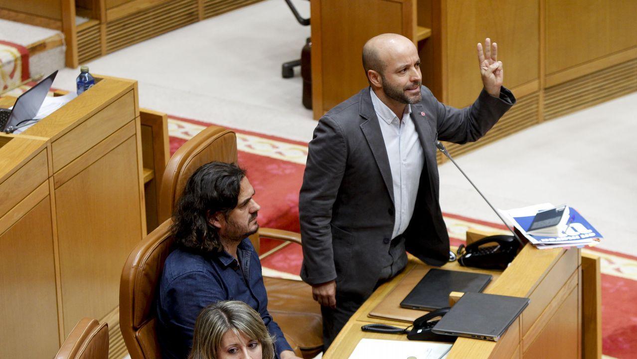 Villares interviene en una sesión parlamentaria. A su lado, Antón Sánchez.