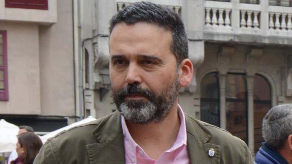 Personal sanitario atiende a dos heridos de un accidente de tráfico en Oviedo.Ricardo Fernández, concejal de Seguridad Ciudadana del Ayuntamiento de Oviedo