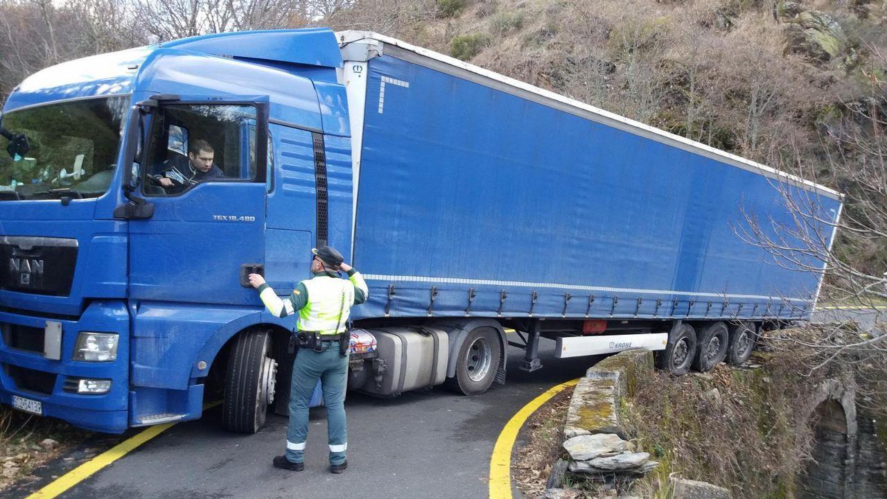 Mueren dos jóvenes en un accidente de tráfico en Monterrei.ADIF arregló la OU-114 de Verín a Campobecerros