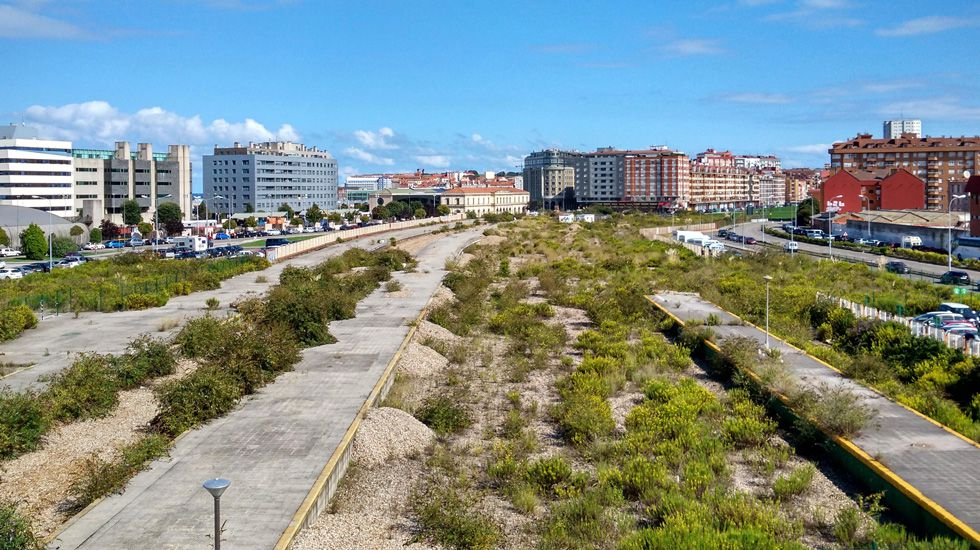 Llegada de Ábalos a Gijón.Vista de la ciudad desde el puente de la avenida de Carlos Marx, en una zona aún pendiente del plan de vías que debería soterrar el tráfico hasta Veriña.