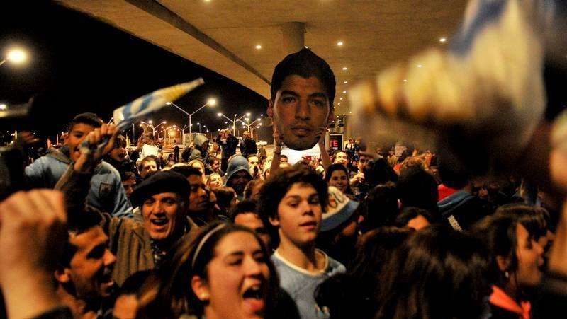 Luis Suárez, recibido en Uruguay como un héroe