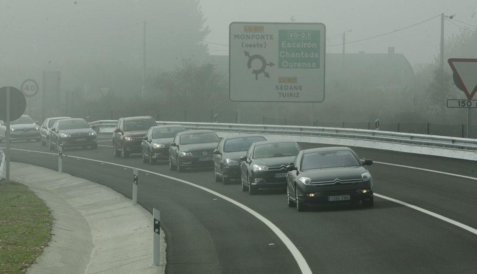 La comitiva de coches oficiales, ayer durante la inauguración del tramo Monforte-Bóveda.