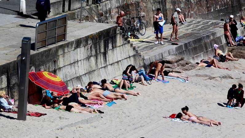 El buen tiempo llena playas y terrazas.Procesión de la Borriquilla, domingo de Ramos