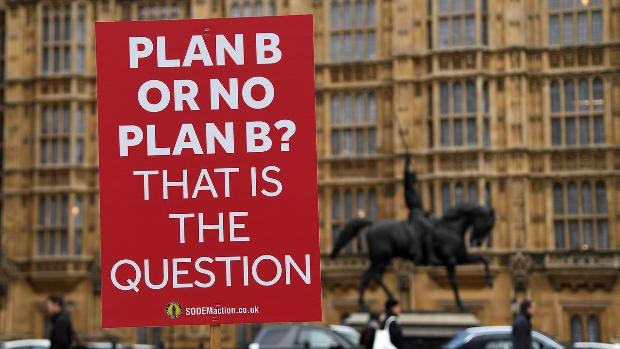 Activistas proeuropeos colocaron luna pancarta ante Westminster