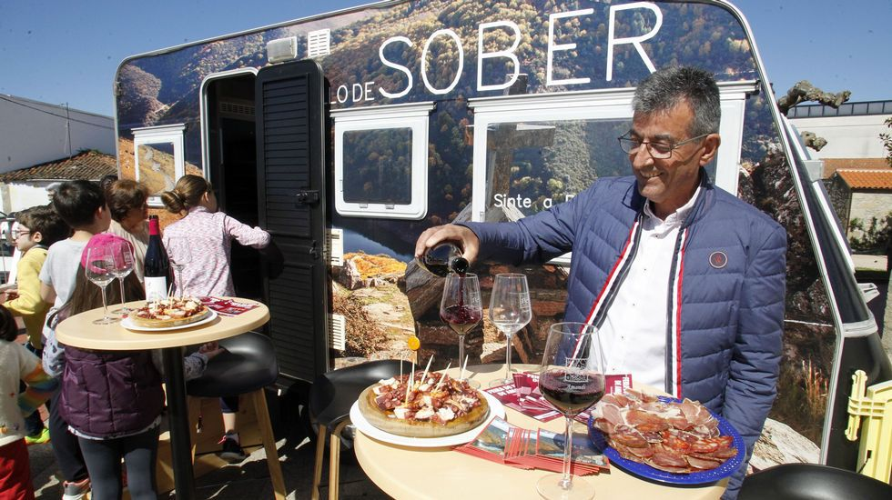 Un recorrido visual por las tierras de Amandi.El alcalde de Sober, Luis Fernández Guitián, sirve unos vinos durante la presentación de la Caravana do Amandi