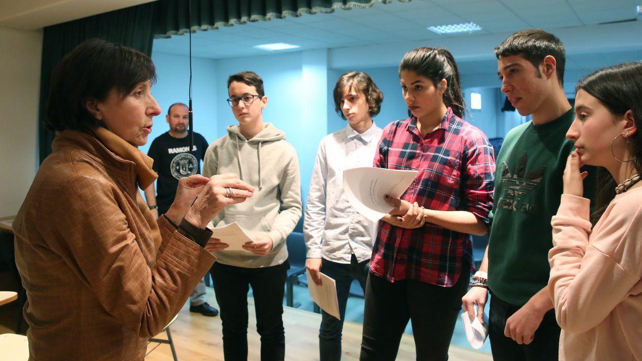 Mabel Rivera visitó a los alumnos del colegio Luis Vives e interpretó un texto de Valle Inclán con ellos..El centro Maruja Mallo acoge un taller de danza para mujeres