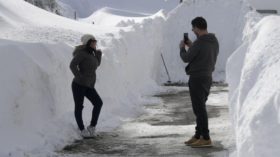 .Una pareja se saca fotos en un pasillo de nieve en Pajares