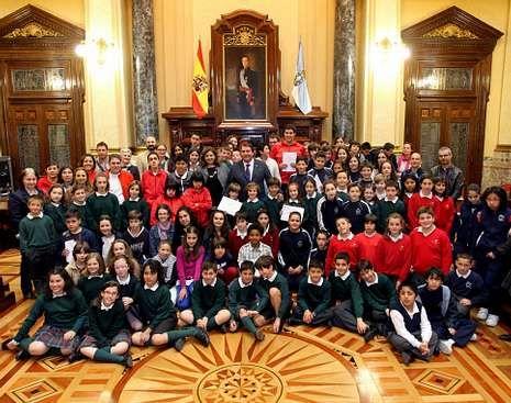 Toda la actualidad de las selecciones.Los niños recogieron sus licencias de venta de manos del alcalde