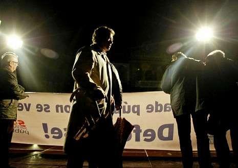 El alcalde, Fernández Lores, pasa ante la pancarta de la manifestación por la sanidad del viernes.