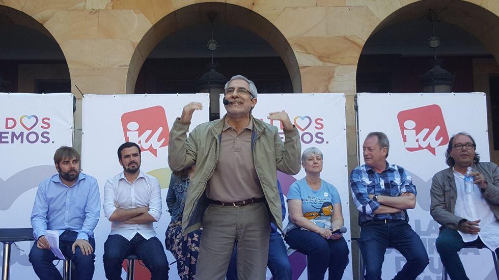 Pedro Sánchez escucha cómo Javier Fernández atiende a los medios de comunicación, durante una visita a Asturias.Llamazares, en un mitin junto a Daniel Ripa y Alberto Garzón, en Gijón