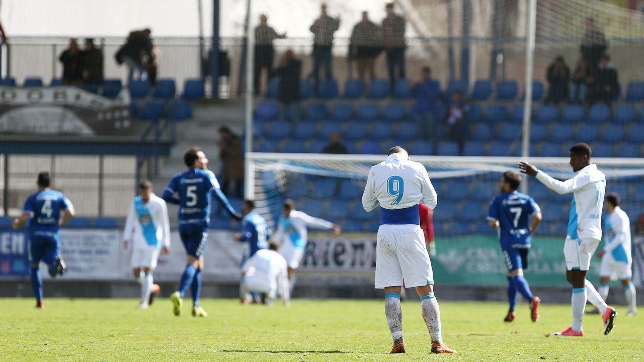 .Luis Fernández (de espaldas), desolado, tras recibir uno de los goles el domingo en Talavera.