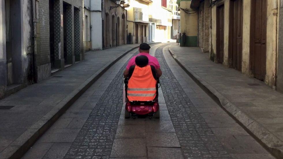 La odisea de circular en silla de ruedas por las calles de Monforte.