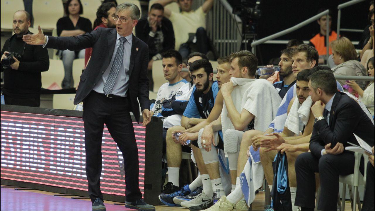 Moncho Fernández: «La defensa es más fácil de aprender que el ataque, sin duda».Jugadores de División de Honor del bádminton Oviedo