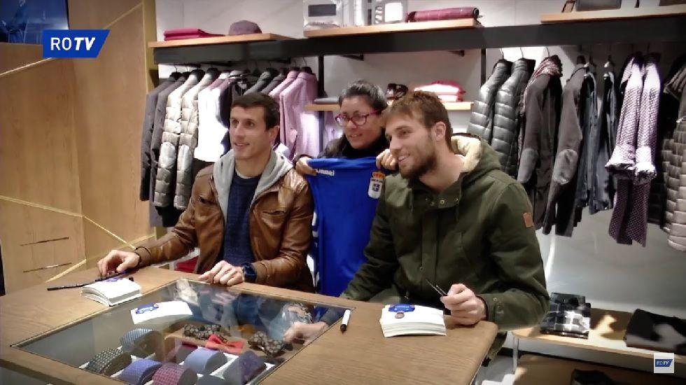 Christian Fernández y Michu en la firma de autógrafos de ayer
