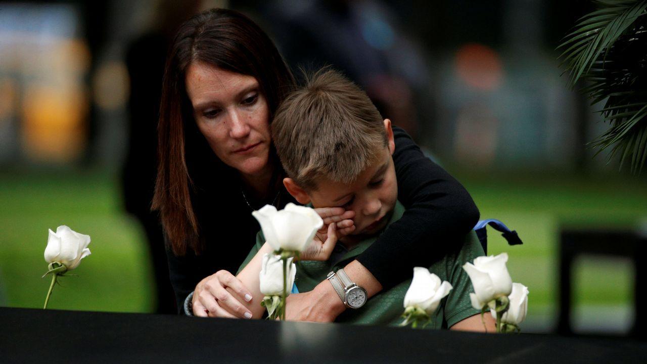 Una mujer y su hijo, en el monumento en recuerdo de las víctimas del 11-S