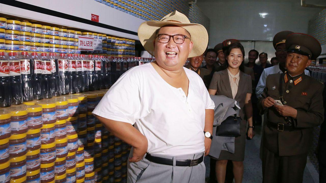 Esta foto sin fecha publicada por la Agencia de Noticias Central Coreana (KCNA) de Corea del Norte a través de KNS muestra al líder norcoreano Kim Jong Un inspeccionando la Fábrica de decapado de pescado Kumsanpho con su esposa Ri Sol Ju en el sur de la Provincia de Hwanghae, Corea del Norte.