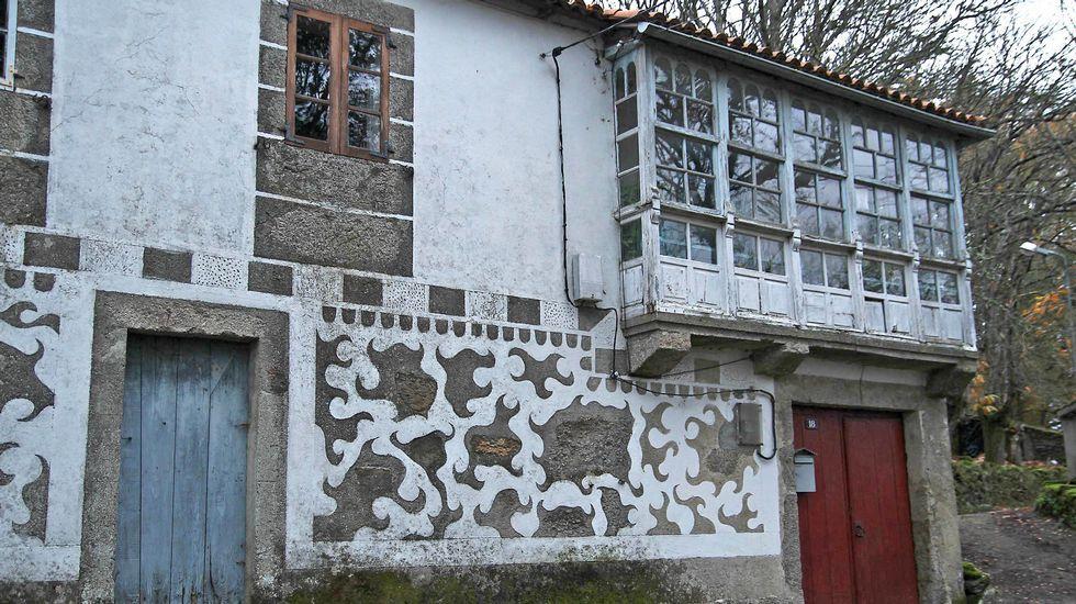 Decoración en una casa de Fondo de Vila, en la parroquia chantadina de Sabadelle